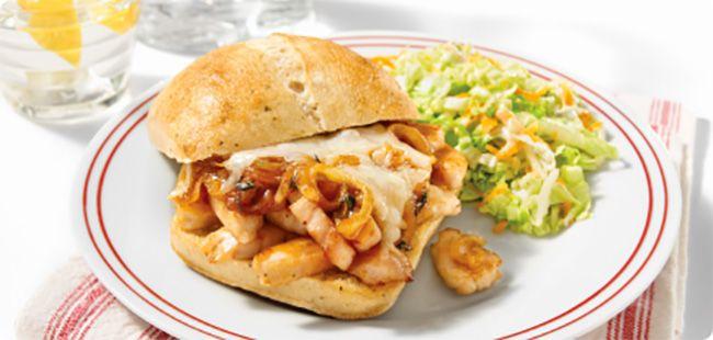 Sandwich BBQ aux Poitrines de Poulet Tranchées, Assaisonnées et Rôties au Four