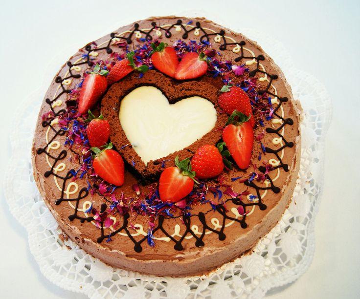 Die kleine Hochzeitstorte mit Brautpaar  Gefüllt mit  Erdbeeren und Schokoladencreme