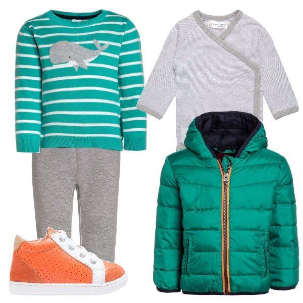 Per questo outfit: body grigio con abbottonatura laterale, maglioncino verde con disegno della balena, pantaloni grigi, piumino verde con zip arancione e scarpine primi passi arancioni.