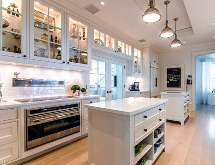La cocina de Celine Dion La megamansión de Celine Dion, que está ahora a la venta por 55 millones de €, dispone de casa principal y de invitados, pista de tenis, piscina, parque acuático y una estupenda cocina all-white, perfecta para una gran cena.