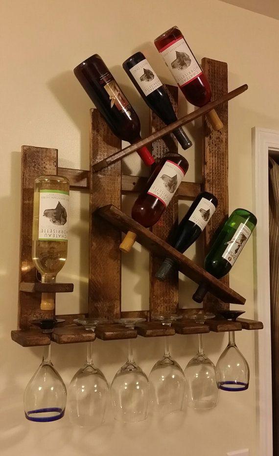 MANO HECHA A MANO EN LOS E.E.U.U.  Único madera maciza reciclada apenado Soporte de botella de vino + Copa de vino   Montado en la pared. Plataforma ha sido lijar luego teñida y sellado.  Dimensiones totales: 25 de ancho x 6 1/2 de profundidad Tiene 7 botellas de vino y 6 copas de vino Madera maciza No MDF o sustituto delgado  Vasos y botellas de vino de tamaño estándar de ajustes.  Por favor espere hasta 7 días hábiles para el manejo de tiempo para cada estante del vino ordenado. Cada e...