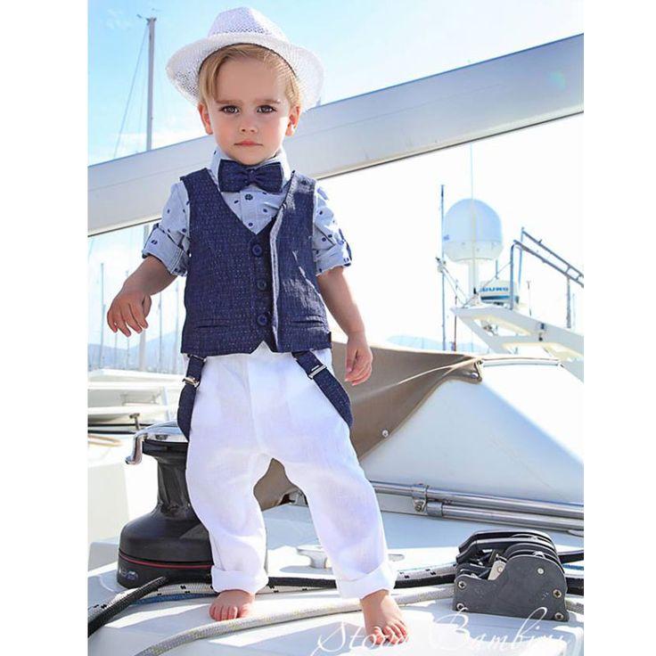 To Βαπτιστικό Κουστούμι Blue Diamond της Stova Bambini είναι ένα σύνολο από βαμβακερό πουκάμισο σε blue navy χρώμα με πουά σχέδια και παπιγιόν και βαμβακολινό γιλέκο σε μπλε σκούρο. Συνοδεύεται από λινό λευκό παντελόνι με τιράντες και το ψάθινο καπέρο καβουράκι του.  Ένα υπέροχο σύνολο για την μοναδική μέρα της βάπτισης σας