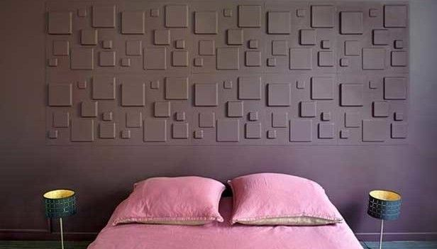 Camera moderna letto rosa e parete grigia