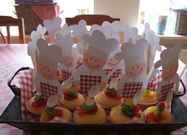 BAKKERTJES: op cupcackes. Gemaakt als traktatie op de peuterspeelzaal voor de 4e verjaardag van Jurian.
