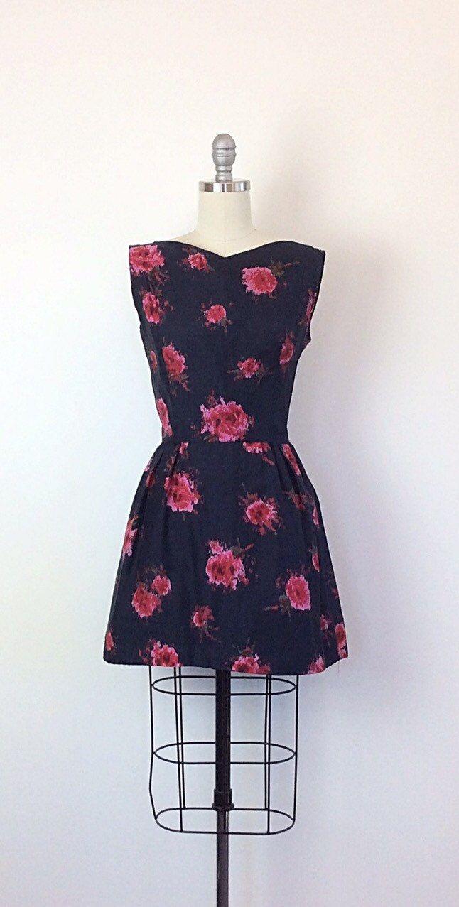 Geweldige kortere lengte jaren 1950 partij jurk. De jurk lijkt een zijde met een all over abstract-ish roze print. Darten bij de buste met een uitlopende rok. De jurk is volledig gevoerd voor een aangenaam verblijf met een metalen terug rits! Zo lekker!  | c o n d ik t ik o n |  groot-no gebreken te merken!  | m e een s u bent e m e n t s |  past de grootte van een moderne dag 6 buste - 38 inches taille - 26 inch heupen - Full totale lengte - 31 inch + 2 inch hem vergoeding schouder taille…