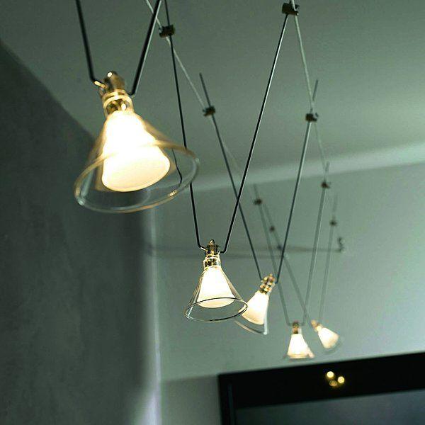 Un éclairage d'ambiance contemporaine. Les spots orientables sont fixés sur un câble tendu. Paulmann Trinidad