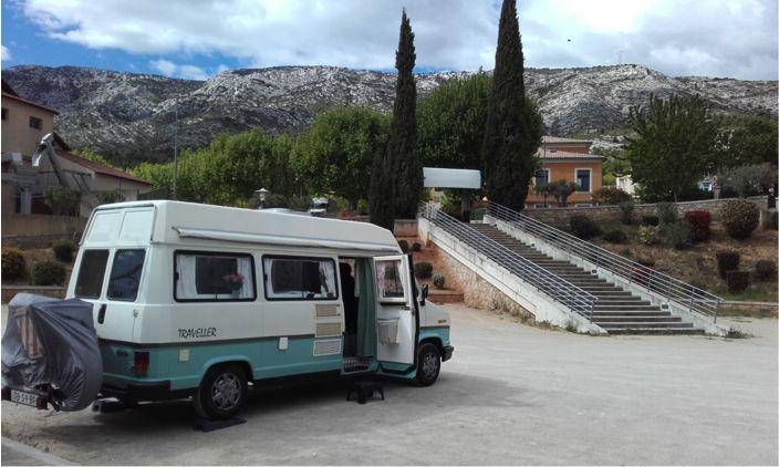 Sabine zag alle gepimpte caravans op deze website en twijfelde geen seconde. Haar busje moest ook op Caravanity. En natuurlijk doen we dat: busjes, stacaravans, tenten… het is allemaal welkom als het gepimpt is. Sabine vertelt: 'In augustus 2014 hebben we een Fiat minibus uit 1988 gekocht die al was omgebouwd tot camper. De basis …