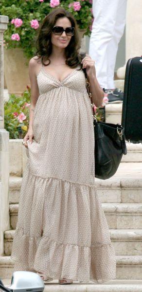 Angelina Jolie embarazada con un vestido de calle. Looks embarazadas www.babycoming.com.ar
