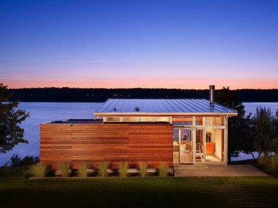 Formas geométricas. Parede de vidro para valorizar a vista. Ambientes bem separados geometricamente. Project - Vashon Island Cabin - Architizer