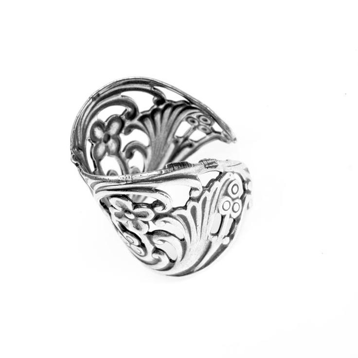 Trinity Brass antiikkihopeoitu filigreesormus 20 mm [dramatic filigree finger ring]