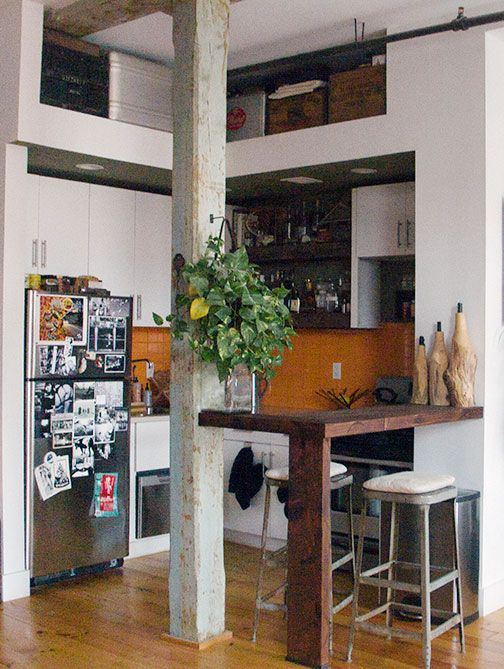Belo uso da madeira de construção na bancada.