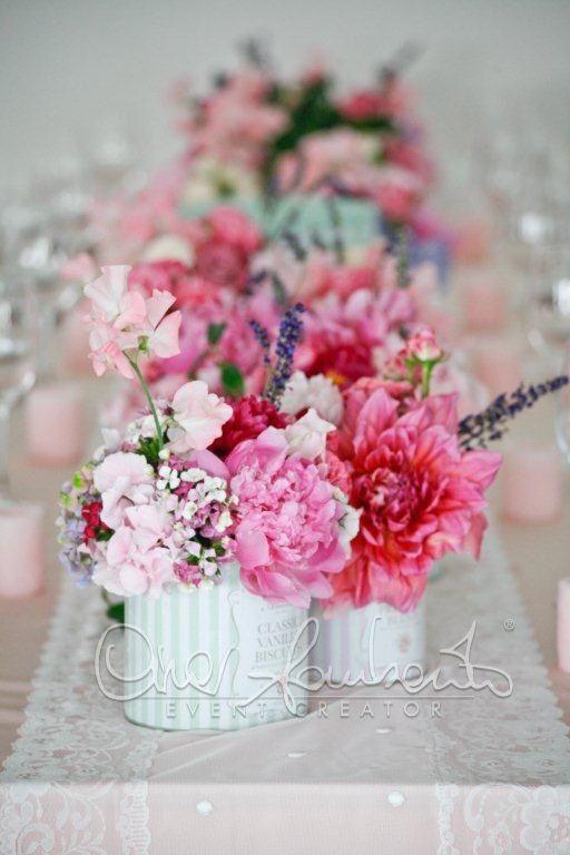 Scatole di latta floreali fanno le protagoniste regalando colori e profumi sopra i tavoli imperiali di un matrimonio da sogno in stile provenzale by Cira.