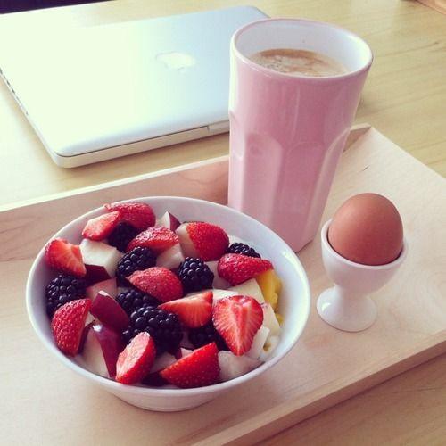 Petit déjeuner sain avec un bol de fruits : pommes, fraises, mûres, et tout ce qui vous fait envie !
