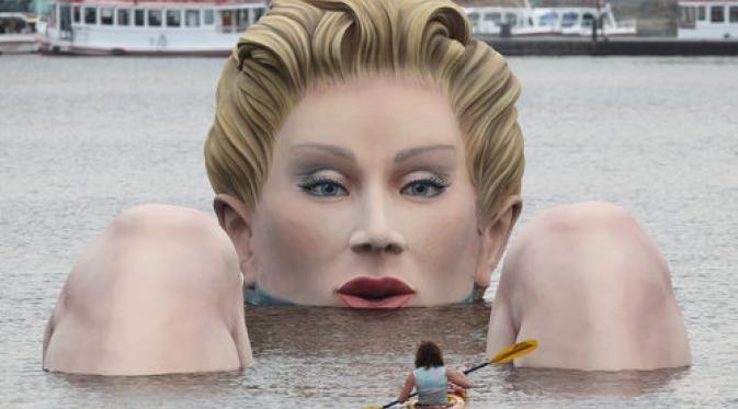 Patung dengan nama Hamburg Water Woman ini diciptakan oleh seniman Oliver Voss, untuk dipamerkan di Danau Binnenalster.