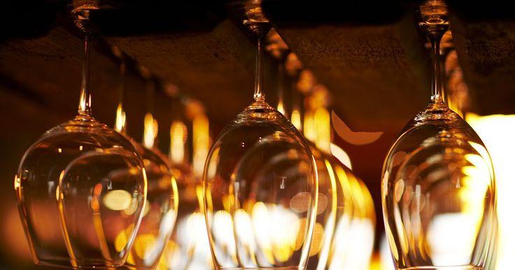 Como fazer um suporte para pendurar taças. Um conhecedor de vinhos que tenha taças para uso regular precisa de um suporte para elas. O suporte faz com que as taças fiquem prontamente disponíveis, assim como também vira um objeto de decoração preso ao teto ou na parte inferior de um armário de parede. A construção dele requer uma moldagem especial projetada para esta finalidade. Os dois ...