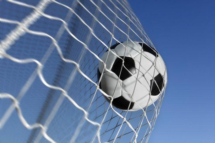 Fotobehang: Voetbal in Doel - Doeltreffend behang! € 11,95 per m2