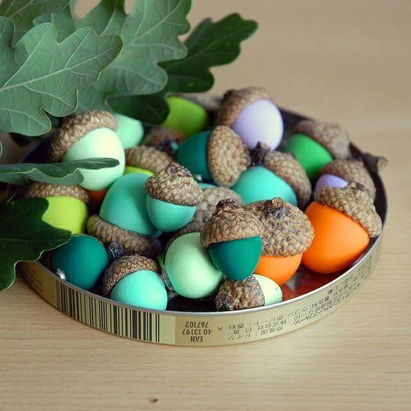 des glands peints de couleurs vives sur la table