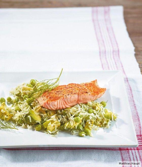 So lecker kann's gehen: Avocado und Erbsen mischen den Reis ratzfatz auf und sind ein köstliches Bett für den saftigen Lachs.