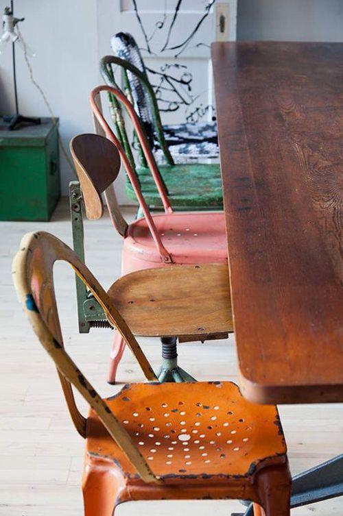 unterschiedliche Stühle am Esstisch