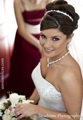 Peinado de novia recogido tradicional con tiara, raya diagonal / SANDRA & VERONICA WEDDING PLANNERS