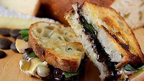 Panini au brie et chocolat - Recettes de cuisine, trucs et conseils - Canal Vie