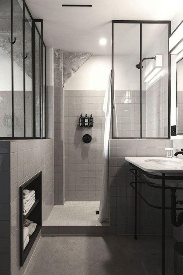 Love the 1920's/30's feel to this pristine Modern Bath . Des verrières pour agrandir visuellement la salle de bains format mini.
