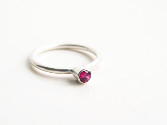 七月の誕生石、ルビーの指輪です。天然物ではなく合成ルビーですが、AAAグレードのインクルージョン(内包物)がない、輝きのきれいな石です。ルビーの大きさは3mm...|ハンドメイド、手作り、手仕事品の通販・販売・購入ならCreema。