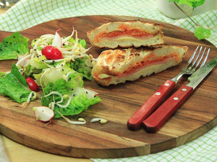 Grilled kimchi cheese toast med krispig sesamsallad | Recept från Köket.se