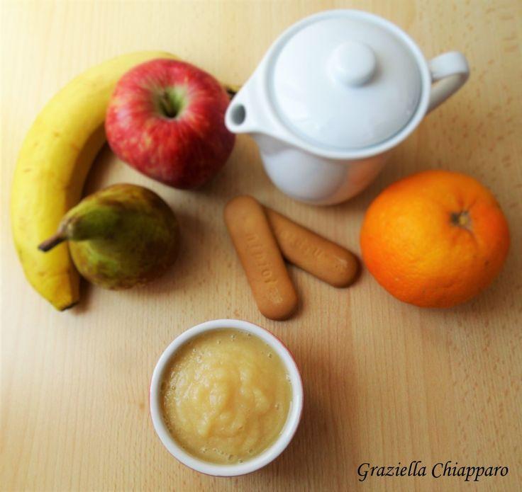 Questo frullato di frutta mista con latte e biscotti è l'ideale per offrire una merenda completa ai vostri bambini che ancora non masticano bene la frutta.
