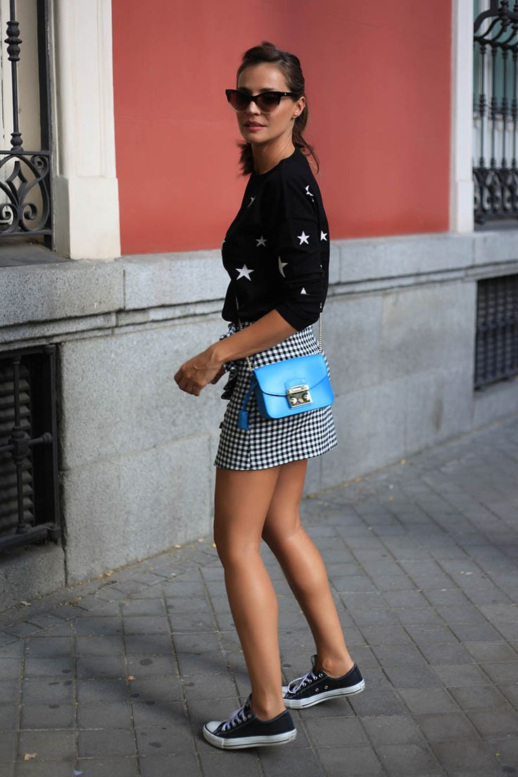 star printed jumper looks - Lady Addict. Black sweater with white stars+black vichz skirt with ruffle+black sneakers+blue short crossbody+eye cat sunglasses. Fall Outfit 2016. Jersey negro con estrellas blancas+falda negra vichy con volantes+zapatillas negras+bolsito azul bandolera+gafas de sol. Outfit Otoño 2016
