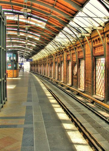 Hackescher Markt S-Bahn Station - hanging lamps! beautiful structural ribs. - Berlin