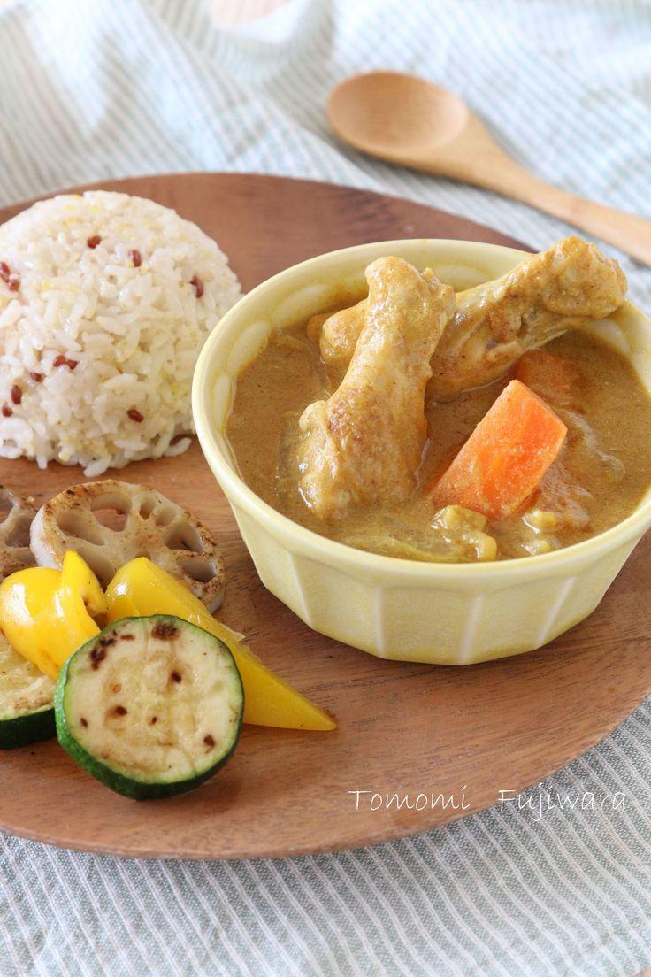 子どもも大人も一緒に!玉ねぎたっぷりチキンスープカレー by 藤原朋未 / 玉ねぎの甘みと鶏肉の旨味が美味しい、マイルドなスープカレー。ルウは使わずに作れちゃいます!離乳食(後期食~)や幼児食レシピも同時に出来るので、取り分け方法も参考にしてみてください。 / Nadia