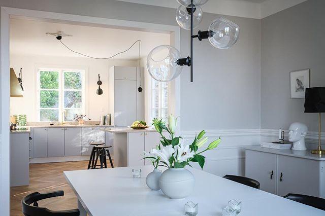 Charmig, ljus och ambitiöst renoverad familjevilla uppförd 1924 i vacker 20-talsklassicism om 200 + 70 kvadrat, i disposition om 7 rum och kök. Social och levnadsglad planlösning med vardagsrum, matsal och kök i en lycklig blandning med två fungerande öppna spisar. Carlbergsgatan Sju…