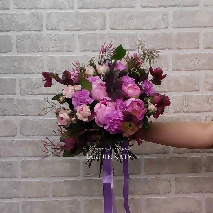 Букет лавандово-розового цвета, с пионами, хлеборусом, кустовыми розами, гвоздиками и веточками жасмина!