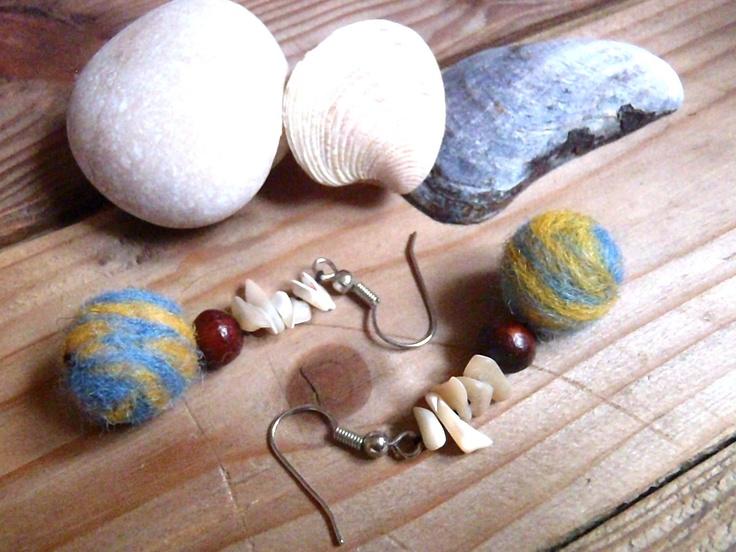 Lehoučké plstěné náušnice na režné niti, s dřevěným korálkem a měsíčními kameny PRO PŘIJETÍ VŠECH ASPEKTů ŽENY, PRO CHVÍLE MEDITACE, KLIDU, VNITŘNÍHO TICHA, délka 4, 8 cm, průměr 1,3 cm