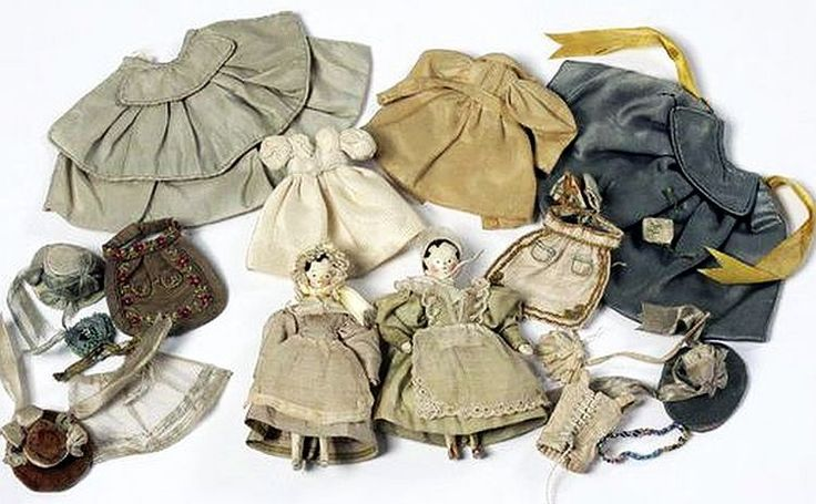Victoria and Albert Museum . Two early Peg Dolls and their clothes.