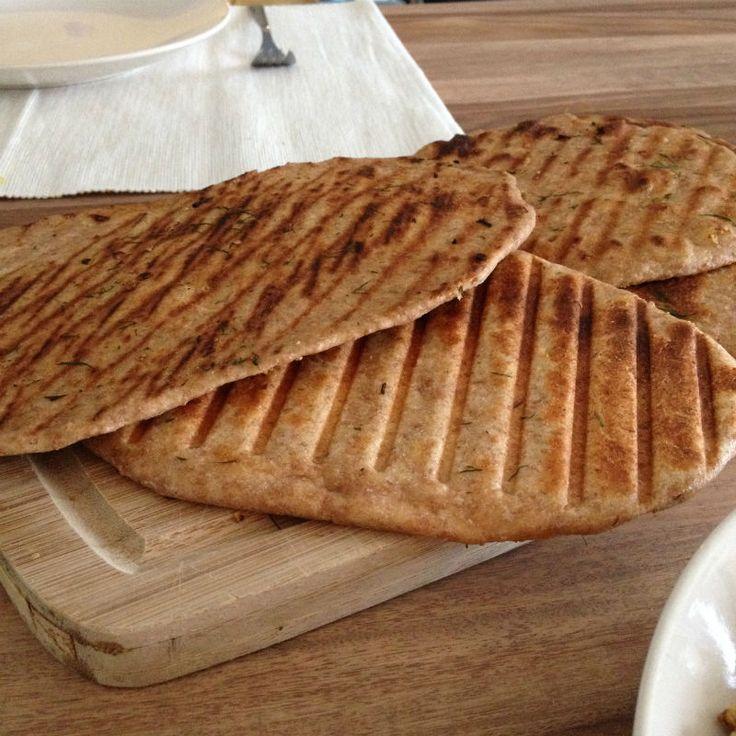 Naan zelf maken is zo eenvoudig! Dit is een plat brood die geen tijd nodig heeft om te rijzen. Ook een oven is niet nodig, je gebruikt een grillpan of contact grill. Zo heb je snel een lekker stukje volkoren speltbrood bij je maaltijd gemaakt. Lekker in combinatie met soep.