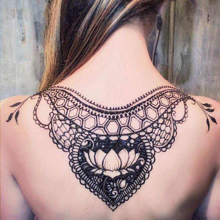 Henna Tattoo Motive mit Blumen - Lotosblume am Rücken