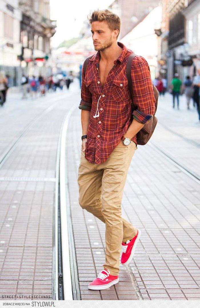 Calça chino com camisa xadrez é uma escolha fácil para a moda urbana masculina