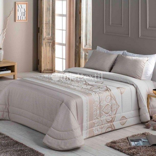 Edredón Conforter LATE de la firma Sandeco. Este nuevo edredón está confeccionado en tejido jacquard y presenta una cenefa central de estilo moderno. Lo puedes conseguir en beige o en gris.