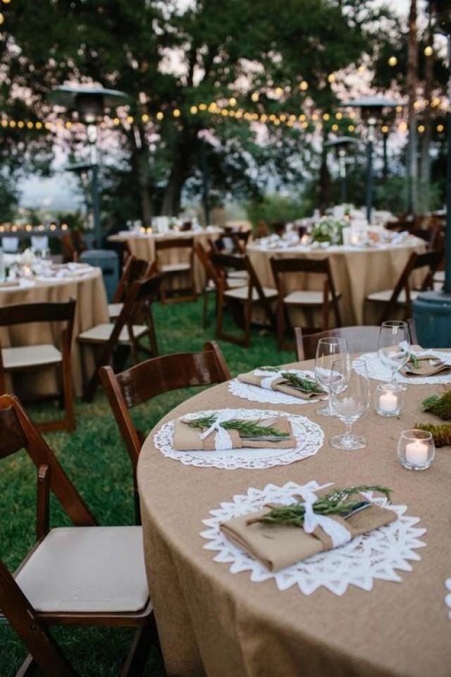 Rustikale Hochzeit outdoor – tolles Ambiente mit Lichterketten und rustikaler Hochzeitsdeko.