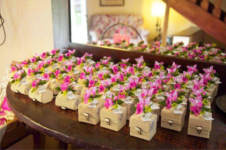 Bomboniere gastronomiche creme dolci bio in scatoline bamboo e bouquet peonia fucsia con farfallina di carta allestimento villa rocchetta