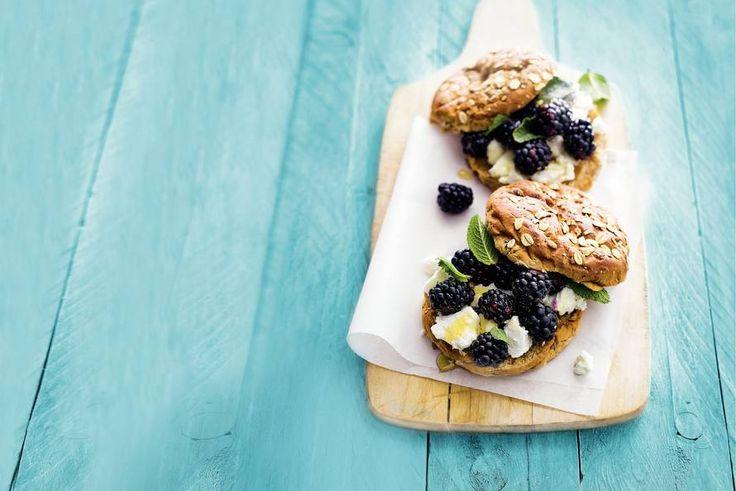 Inpakken en gaan met dit heerlijke broodje geitenkaas en braam - Recept - Allerhande