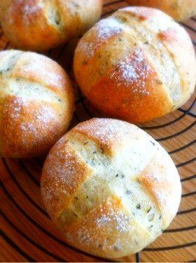 2014.1.20話題入り感謝♪ オリーブオイルで仕込んだ生地にバジルを練り込んだ香り豊かなテーブルパン。