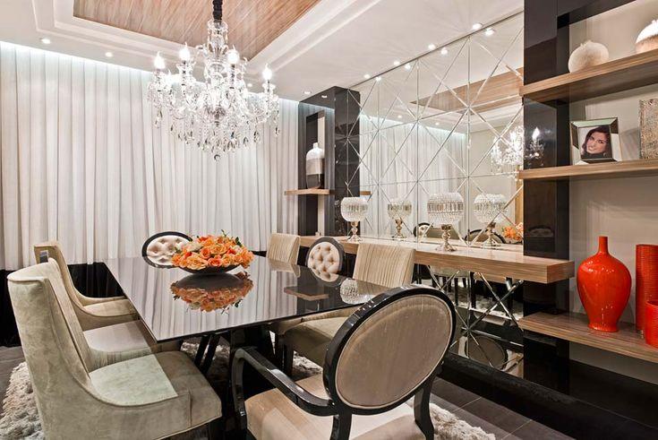 A sala de 15m² destaca as cadeiras revestidas em camurça compondo com as de estilo clássico, com acabamento em seda. O painel foi confeccionado com restos de espelhos e o teto ganhou um trabalho em gesso que demarca a área da mesa.