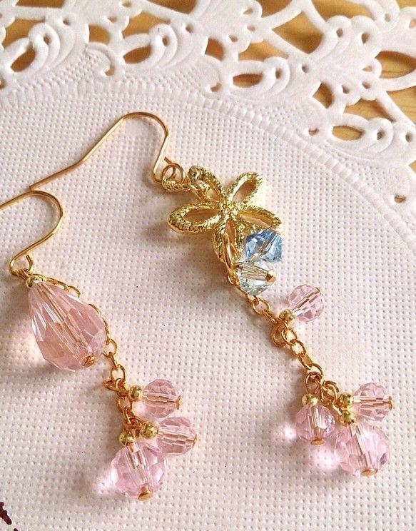 桜の頃は、春の雨も多い季節。雨に濡れた桜の花は、しっとりと水を含み、少し重たげに見えます。そんな、雨の滴を抱えた桜の花のピアスです。アシンメトリーにして、雨に...|ハンドメイド、手作り、手仕事品の通販・販売・購入ならCreema。