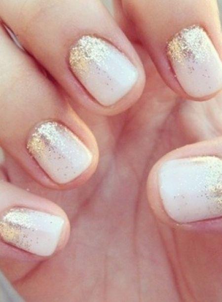 Une manucure glitter gold, jolis ongles manucurés pour le jour J. Une idée de maquillage simple et discrètes pour vos mains.