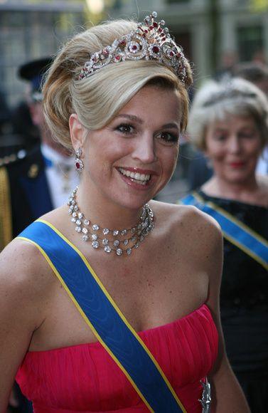 Tiara de pavo real: Máxima Zorreguieta  De rubíes y diamantes, esta espectacular joya perteneció a la reina Guillermina desde 1897. Tras su muerte pasó a manos de la duquesa Irene, esposa del Duque de Parma, y dejó de brillar cuando se divorciaron en 1981. Hasta tres décadas después no volvería aparecer. Fue Máxima Zorreguieta quien la hizo regresar a la vida pública en 2009 durante la visita de los Reyes de Suecia a Holanda.