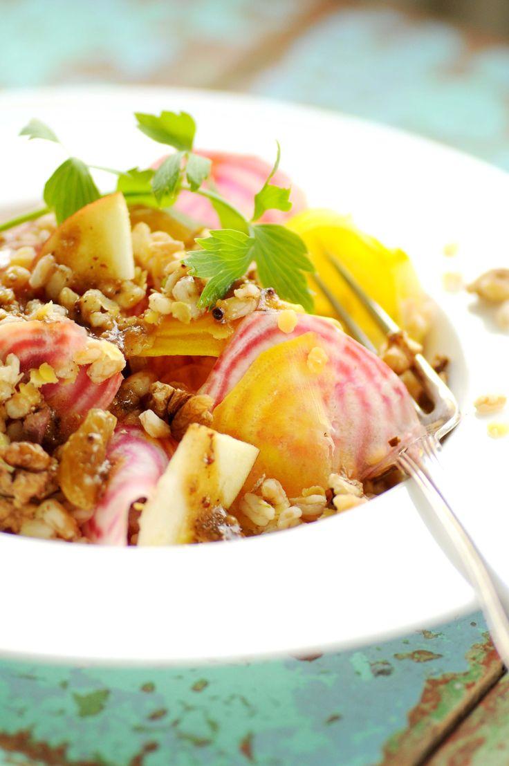 kulørt salat med hele korn salat af perlebyg, bolsjerødbeder og valnødder med sennepsdressing 100 g perlebyg (eller hele hvedekerner, rugkerner perlerug eller perlespelt) 250 g rødbeder (gerne de…