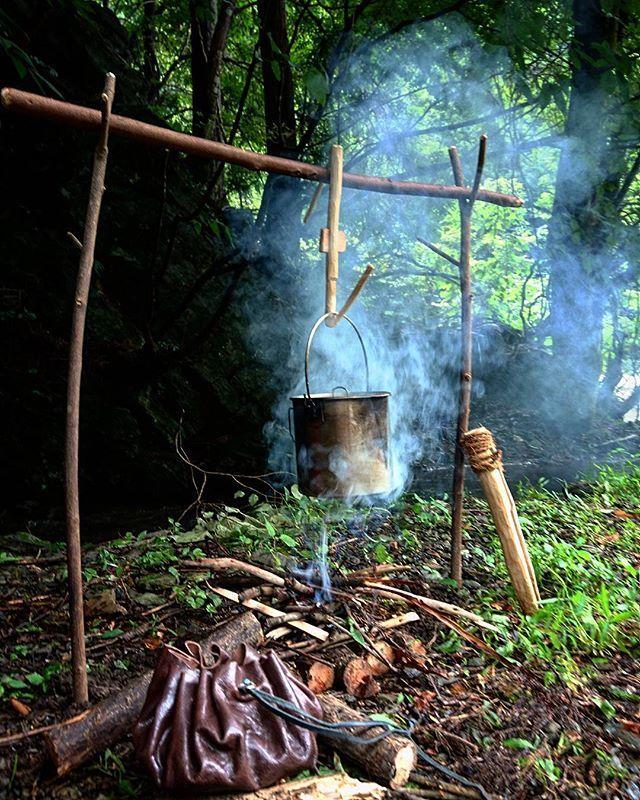 燻ってんなぁ〜。 焚き火が?  ボクが?? ..........どっちもかっ?! #ブッシュクラフト#焚き火#野営#ソロキャンプ #bushcraft#bushcrafting#bonfire#forest#riverside#camping